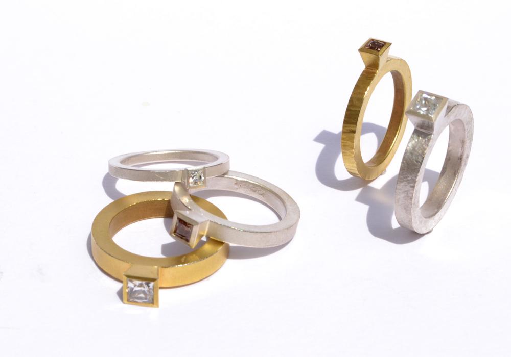 Gruppe Ringe mit Diamanten im Princess-Cut, verschiedene Oberflächen