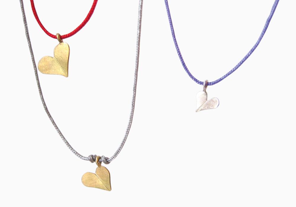 Glückskleeherzanhänger, Silber & Gelbgold, Bandfarben rot, flieder & grau
