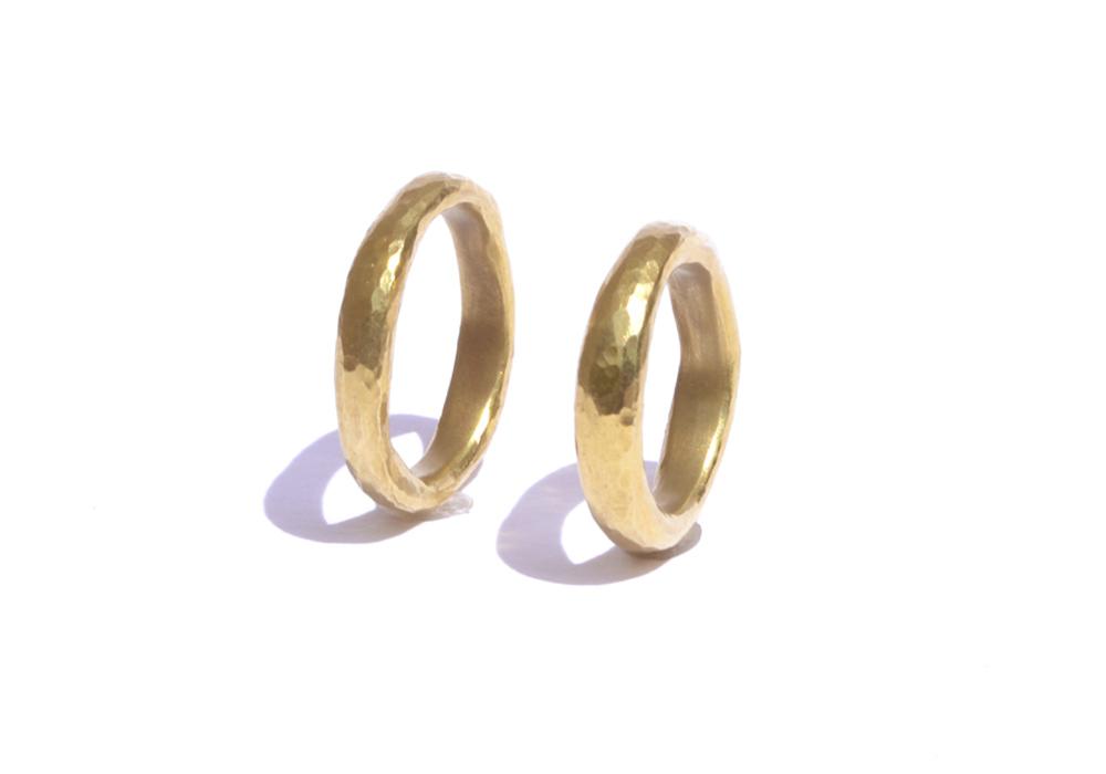 """Trauringe """"amorph"""" aus 750er-Gelbgold, Profil: oval, Oberfläche: Hammerschlag"""