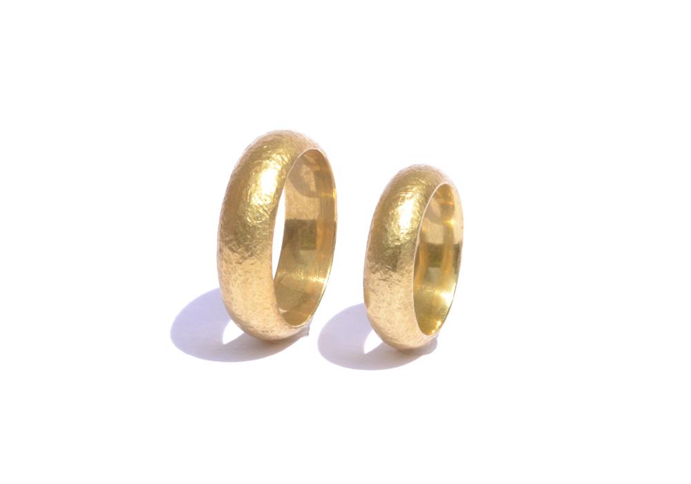 Trauringe aus 750er-Gelbgold, Profil: stark gewölbt, Oberfläche: mit Struktur