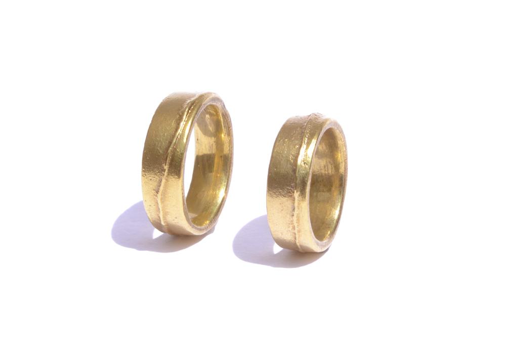 Trauringe aus 750er-Gelbgold, Profil: flach vierkant, Oberfläche: mit Gußnaht